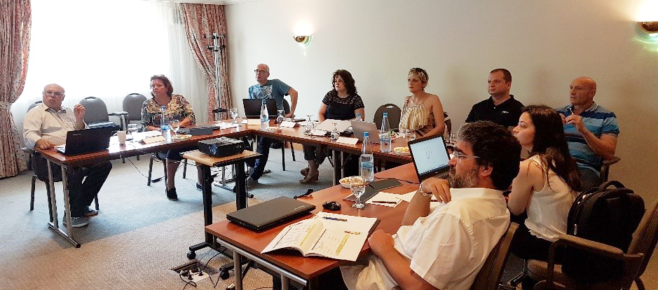 [De la stânga la dreapta: Nikos Stathopoulos (EACG), Lucie Saxton (STC-Group), Aat Kroek (STC-Group), Alina Boştină (UMC), Corina Varsami (UMC), Todor Koritarov (NVNA), Blagovest Belev (NVNA), Vassiliki Savvopoulou (EACG), Mircea Zus (UMC)]